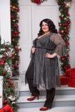 Porträt von schönem plus junge Frau der Größe Hintergrund des neuen Jahres oder des Weihnachten Stockfoto