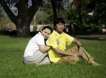 Porträt von schönen älteren Paaren im Park Lizenzfreie Stockfotos