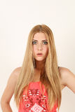 Porträt von schönen überraschten Blondinen lizenzfreie stockfotografie