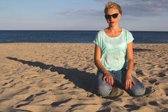 Porträt von schönen Blondinen auf dem Sommer Stockbilder