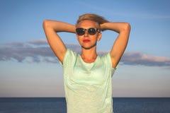Porträt von schönen Blondinen auf dem Sommer Lizenzfreie Stockfotografie