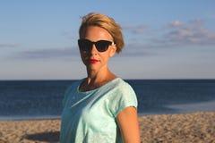 Porträt von schönen Blondinen auf dem Sommer Stockbild