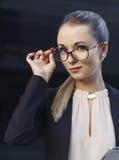 Porträt von schönen Blondinen in der Klage und in den Gläsern Stockfotografie