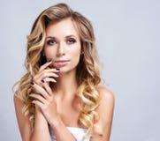 Porträt von schönen Blondinen mit gelockter Frisur und hellem Make-up stockbilder