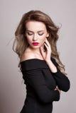 Porträt von schönen Blondinen mit gelockter Frisur und hellem Make-up, perfekte Haut, skincare, Badekurort, Cosmetology Sexy Mode lizenzfreies stockbild