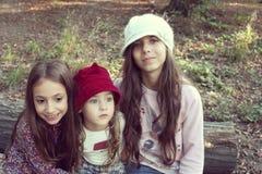 Porträt von schönen kleinen Schwestern mit Hüten Lizenzfreie Stockfotografie