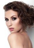 Porträt von Schönheiten mit Make-up und Frisur auf weißem Hintergrund Lizenzfreies Stockfoto