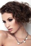 Porträt von Schönheiten mit Make-up und Frisur auf weißem Hintergrund Stockfotografie