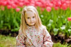 Porträt von sehr nette hübsche Mädchen blond in einem rosa Mantel arou Stockfotos