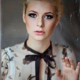 Porträt von sehr schöne sinnliche Mädchen blond mit rauchigem Eis Stockfoto