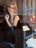 Porträt von sehr schöne sinnliche Mädchen blond mit rauchigem Eis Lizenzfreies Stockbild