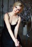Porträt von sehr schöne sinnliche Mädchen blond mit rauchigem Eis Stockbilder