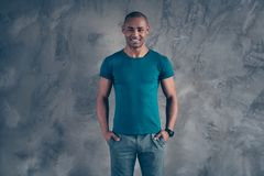Porträt von seinem er netter attraktiver netter heitrer starker zufriedener Kerl, der modisches blaues T-Shirt moderne Blickausst stockfoto