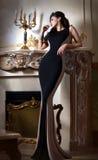 Porträt von sexuellem braunhaarigem im luxuriösen Innenraum Lizenzfreie Stockfotos