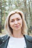 Porträt von Smilling blondes junges Mädchen in der Waldnahaufnahme Stockfotografie