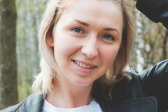Porträt von Smilling blondes junges Mädchen in der Waldnahaufnahme Lizenzfreie Stockfotos