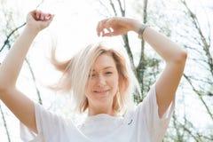 Porträt von Smilling blondes junges Mädchen in der Waldnahaufnahme Stockbilder