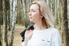 Porträt von Smilling blondes junges Mädchen in der Waldnahaufnahme Stockfoto