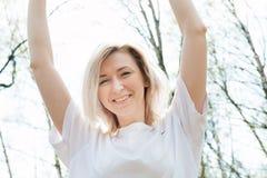 Porträt von Smilling blondes junges Mädchen in der Waldnahaufnahme Lizenzfreies Stockbild