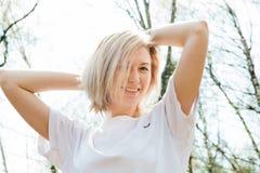 Porträt von Smilling blondes junges Mädchen in der Waldnahaufnahme Lizenzfreies Stockfoto