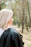 Porträt von Smilling blondes junges Mädchen im Wald Stockbild