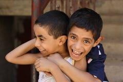 Porträt von 2 spielenden und lachenden Jungen, Straßenhintergrund in Giseh, Ägypten lizenzfreie stockfotos