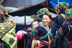 Porträt von Stammes- Hmong-Frau mit Baby in der nationalen Kleidung, Vietnam Stockfotografie