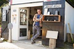Porträt von Stein-Mason Standing Outside Workshop Lizenzfreies Stockbild