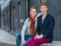 Porträt von stilvollen modernen Zwillingsbrüdern Stockfotografie