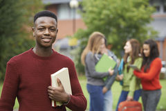 Porträt von Studenten-Group Outside College-Gebäude Stockbilder