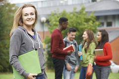 Porträt von Studenten-Group Outside College-Gebäude Stockbild