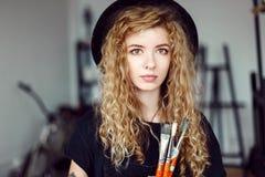 Porträt von Tattoed-Künstler mit Bürste lizenzfreie stockfotos