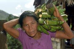 Porträt von tragenden Bananen der älteren Frau lizenzfreie stockfotografie