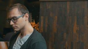 Porträt von tragenden Gläsern des gutaussehenden Mannes, Innen stock video