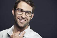 Porträt von tragenden Gläsern des mittleren erwachsenen Mannes Stockfotos