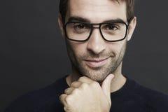 Porträt von tragenden Gläsern des mittleren erwachsenen Mannes Stockbild