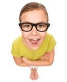 Porträt von tragenden Gläsern eines glücklichen kleinen Mädchens lizenzfreies stockfoto