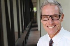 Porträt von tragenden Gläsern eines Senior Managers mit Kopienraum für das Addieren des Textes Lizenzfreies Stockbild