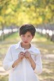 Porträt von tragenden weißen Hemden der schönen jungen asiatischen Frau Stockfotos
