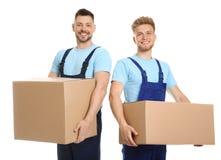 Porträt von umziehenden Service-Angestellten mit Pappschachteln lizenzfreies stockfoto