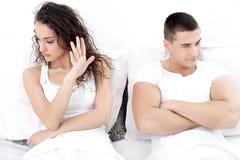 Porträt von unglücklichen jungen Paaren im Schlafzimmer Lizenzfreie Stockfotos
