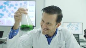 Porträt von verrücktem und verrückter Wissenschaftler im Labor stock video footage