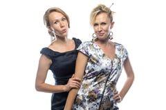 Porträt von verrückten Schwestern auf weißem Hintergrund Stockbild