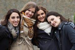 Porträt von vier attraktiven jungen Frauen stockbilder