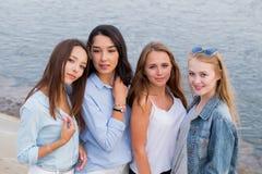 Porträt von vier femle Freunden, die Kamera, Lächeln, glücklich freundlich betrachten Leute, Lebensstil, Freundschaftskonzept stockfotos