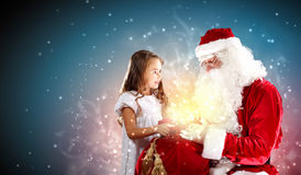 Porträt von Weihnachtsmann mit einem Mädchen Lizenzfreies Stockfoto