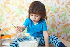 Porträt von wenig 2 Jahre Junge, die zu Hause Küche kochen Stockbilder