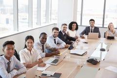 Porträt von Wirtschaftlern um Sitzungssaal-Tabelle Lizenzfreie Stockbilder