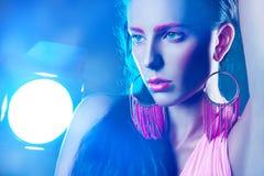 Porträt von woan mit Rosa bilden und blitzen im Bild Lizenzfreie Stockfotos