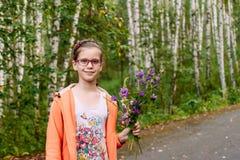 Porträt von zehnjährigen süßen Mädchen in den Gläsern lizenzfreie stockfotos